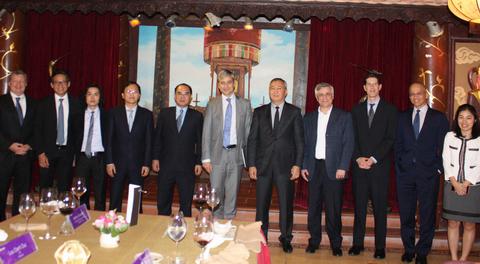 Ông Courtois (đứng giữa) chụp ảnh lưu niệm với đại diện các doanh nghiệp Việt.