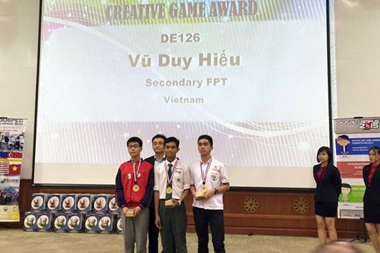 Vũ Duy Hiếu (áo đỏ) giành giải Nhất hạng mục cao cấp. (Ảnh: DTT Eduspec)