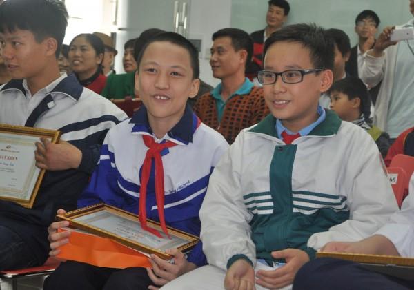 Học sinh phấn khởi tại Lễ Tổng kết và trao giải cuộc thi Scratch toàn quốc 2015.