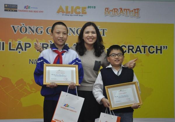 Cô Nguyễn Thị Ngọc – Giám đốc Trung tâm Hỗ trợ học đường – Trường Đại học FPT – trao giải Nhất cho Trần Hoàng Quang Diệu (bạn đứng bên phải) và Phạm Tường Nhật.
