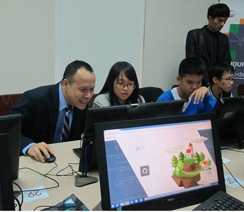 Đại tá Tống Viết Trung - Phó Tổng Giám Đốc Tập đoàn Viễn thông Quân đội Viettel trải nghiệm code cùng em Nguyễn Ngọc Mai (Ảnh: Thùy Linh)
