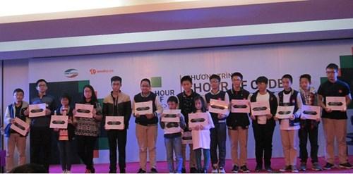 Mỗi học sinh tham gia nhận một giấy chứng nhận của chương trình (Ảnh: Thùy Linh)