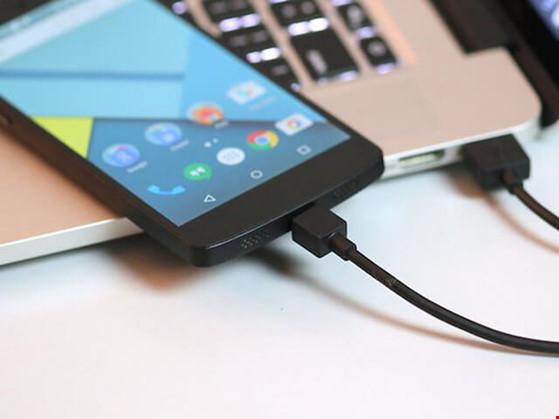 Hạn chế sạc pin smartphone bằng cổng USB laptop.