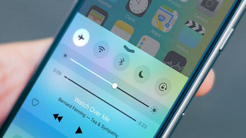AirPlane Mode sẽ vô hiệu hóa các kết nối giúp đảm bảo iPhone được sạc nhanh hơn