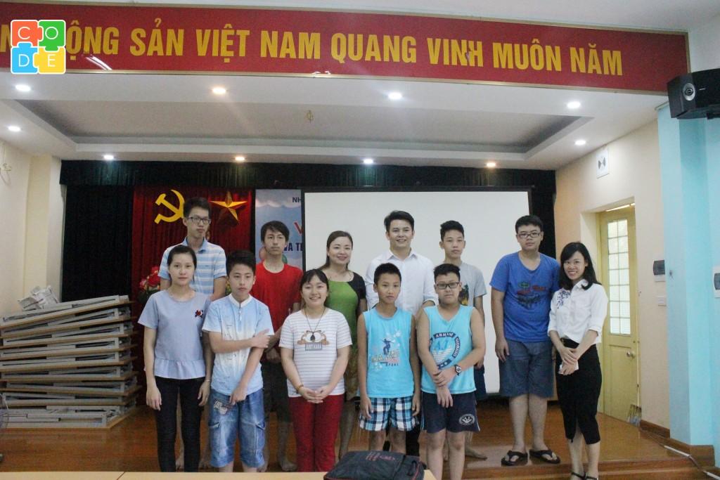 Giáo viên của trung tâm Hour Of Code, đại diện và các em học sinh tại Nhà nuôi dưỡng trẻ em Hữu Nghị Đống Đa