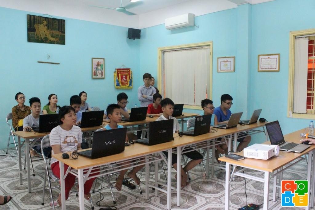 Các em nhỏ tại Nhà nuôi dưỡng trẻ em Hữu Nghị Đống Đa đã có buổi học lập trình đầu tiên trong không khí hứng khởi